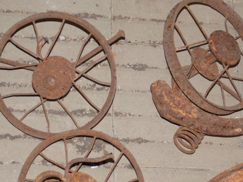 rueda antigua de triciclos