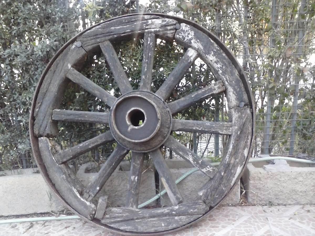 Ruedas de carretas antiguas y yugo de madera for Ruedas industriales antiguas para muebles