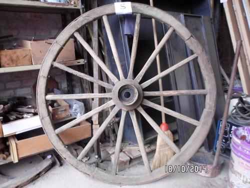 ruedas de carro de madera vieja