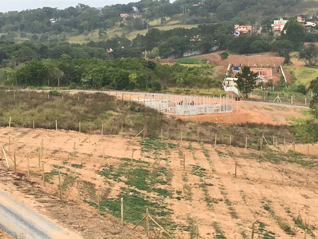 s terrenos de 500 m² plainos, já cascalhados e ruas abertas
