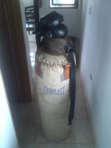 saco de boxeo con sus guantes pera
