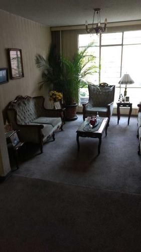 sala, comedor y vitrina de madera de encino