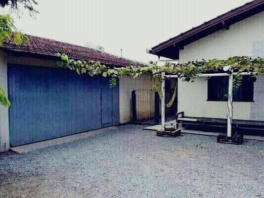 sala, cozinha, 03 banheiros, 05 quartos, garagem para 04...