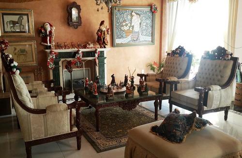 sala de madera tallada a mano estilo plateresco español.