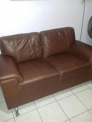 sala dos love seat y taburete tacto piel