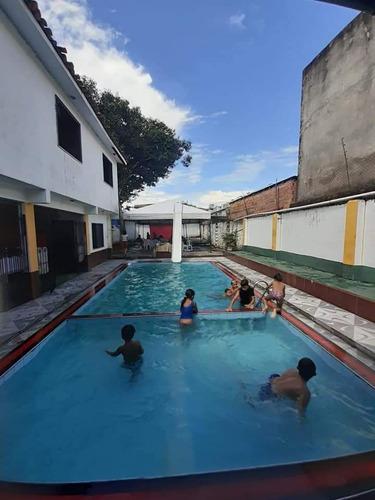 salão com piscina