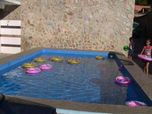 salon con piscina para fiestas.