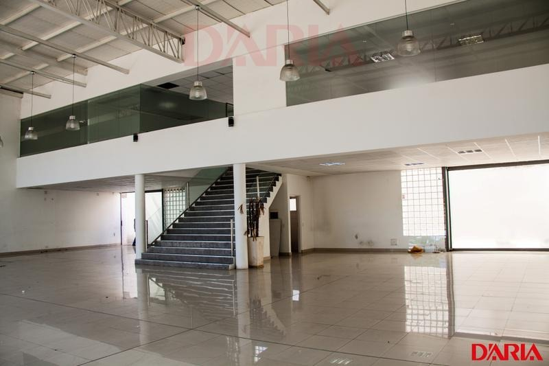 salon de exposicion en doble frente con oficinas en planta alta