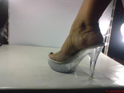sandalhas tamanco em acrilico ou pintura vermelha ou preta
