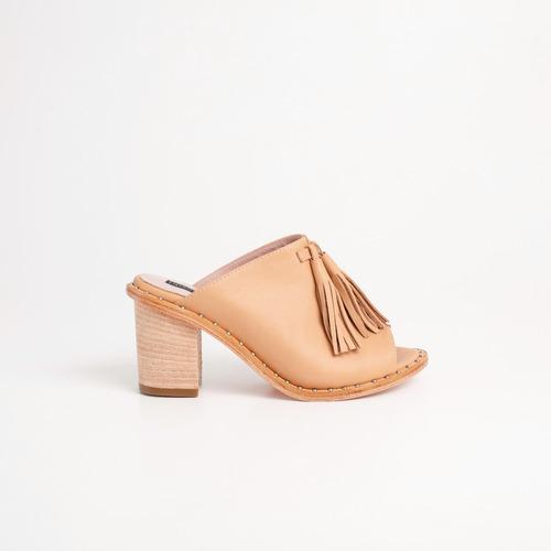 sandalia de cuero. art tijuca camel. otro calzado