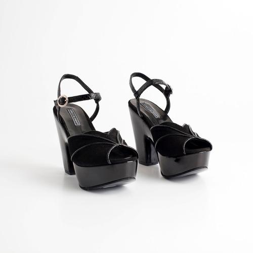 sandalia de cuero con plataforma. art serena. otro calzado