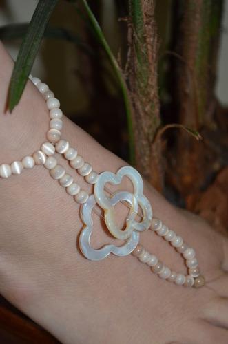sandália descalça em resina com detalhes em madrepérola