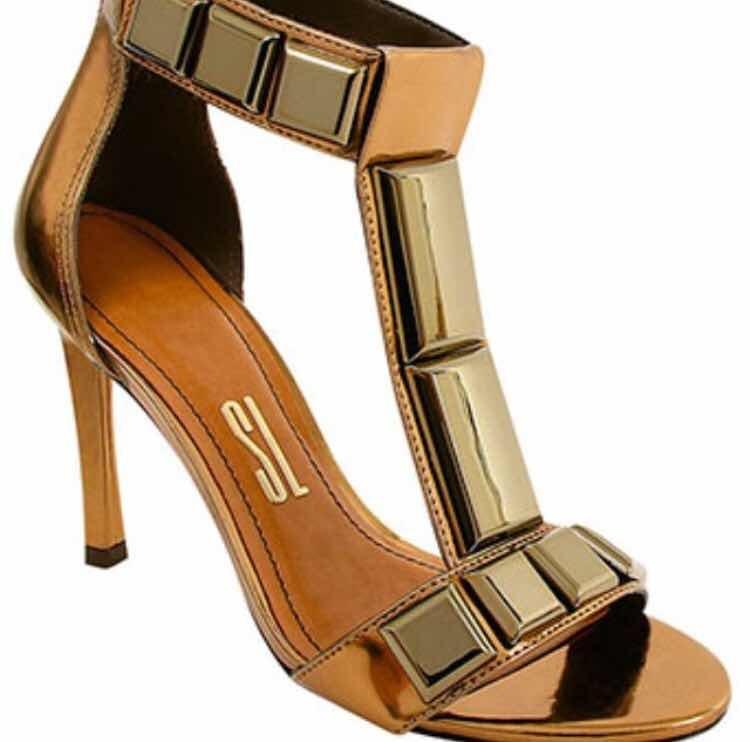 ec2d6506c Sandália Dourada Pedras - R$ 119,90 em Mercado Livre