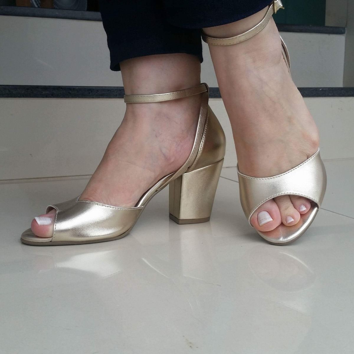 b2de387fdf sandália feminina dourada salto quadrado via scarpa. Carregando zoom.