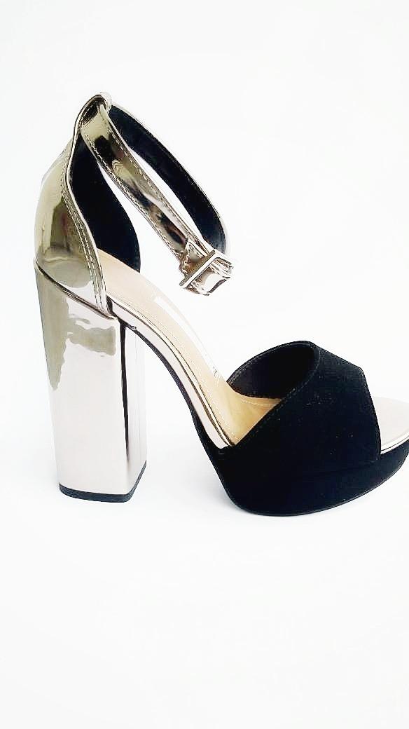 11fd354554 sandália feminina salto alto preta prata via marte promoção. Carregando zoom .