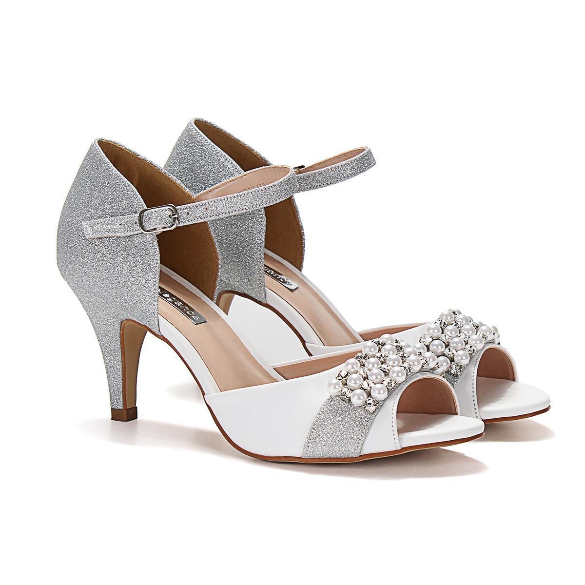 c2c0be196 sandália napa branca glítter prata bordada salto fino médio. Carregando zoom .