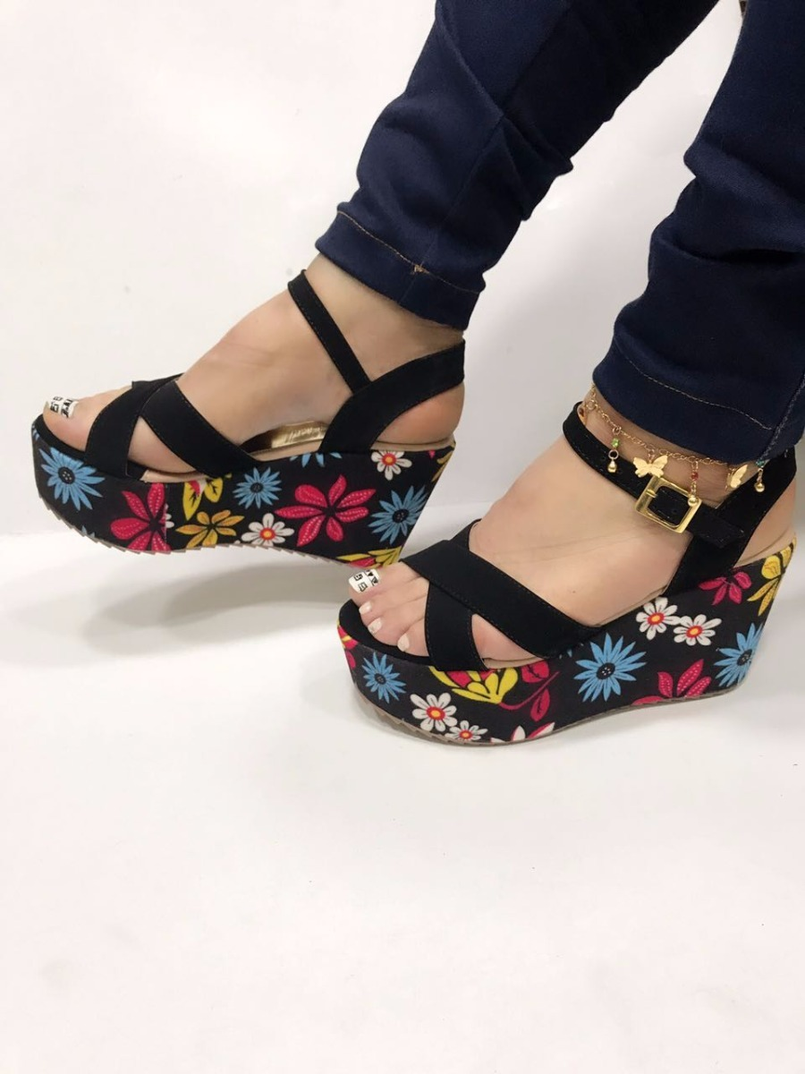 e16688aa870 sandalia negra de plataforma en flores zapatos a la moda in. Cargando zoom.