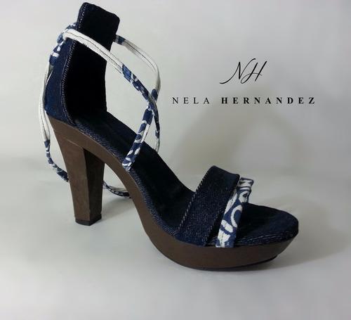 sandalia o calzado de tacón alto en blue jeans y lino
