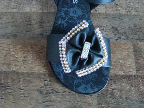 sandália preta com laço