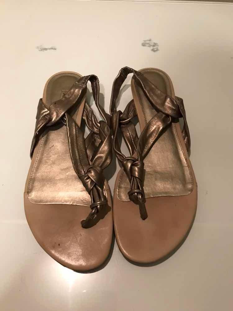 fe3e79802 sandália rasteirinha da arezzo metalizada em bronze cobre. Carregando zoom.