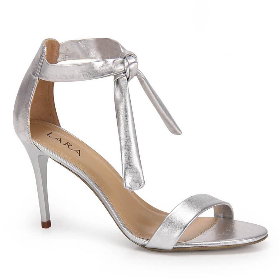 5ec92fa1ee sandália salto fino lara amarração - prata. Carregando zoom.