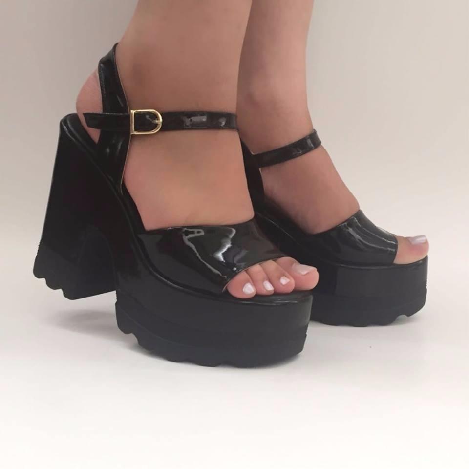 71e715203b sandália tratorada preta verniz salto alto grosso bloco moda. Carregando  zoom.