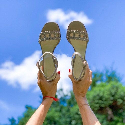 sandalia verano cuero tachas taco