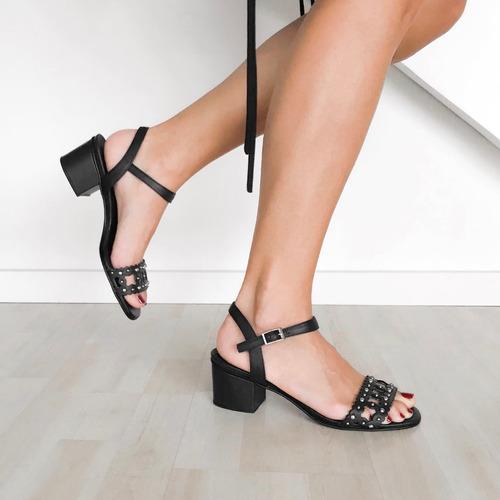 sandalia verano cuero tachas taco bajo negras