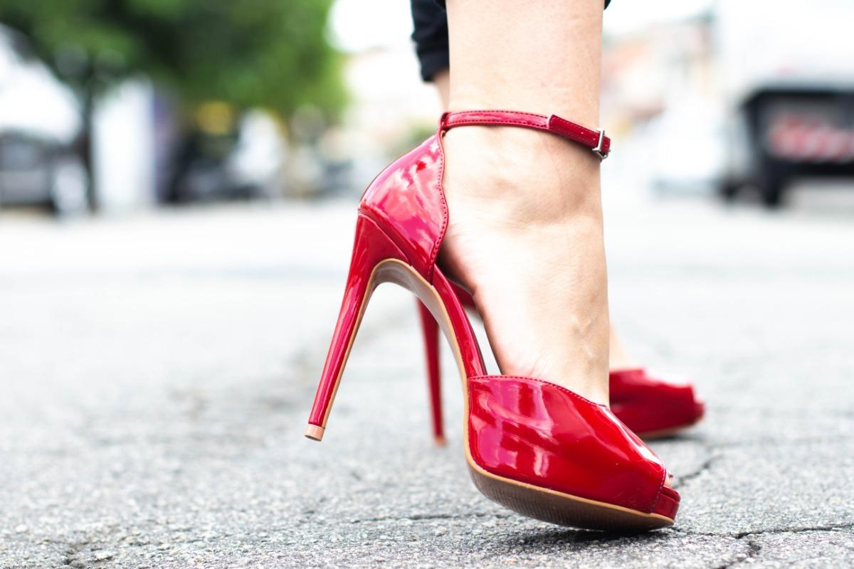 621111a77e sandália vermelha alta para festas barata. Carregando zoom.