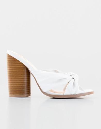 sandalias anudadas blancas