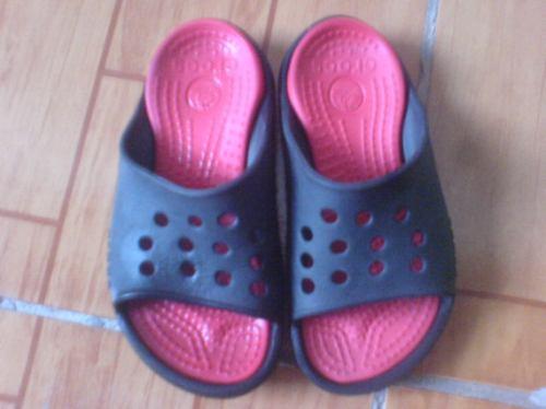 sandalias crocs de niño negras con rojo