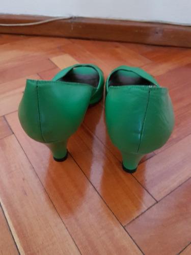 sandalias cruzadas verdes