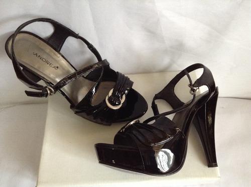 sandalias de charol negro) marca andrea #25,5