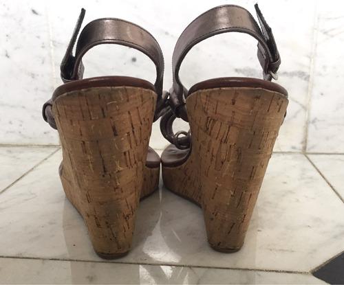 sandalias de cuero color peltre con plataforma de corcho
