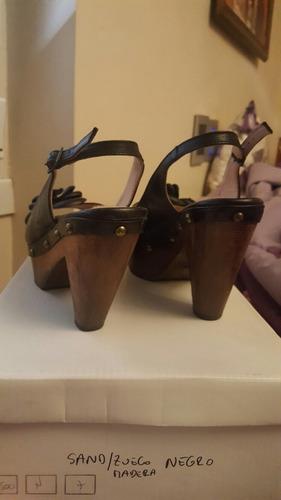 sandalias de cuero madera y tachas. talle 37