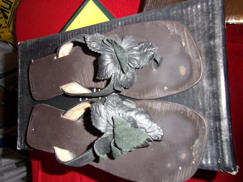 sandalias negras de cuero