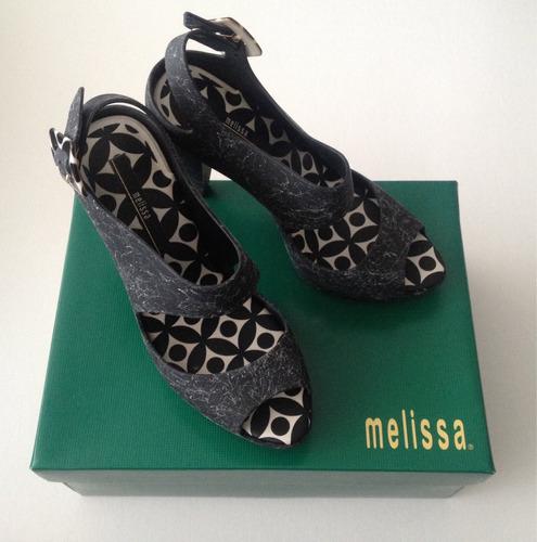 sandalias negras y blancas de diseño oferta $30