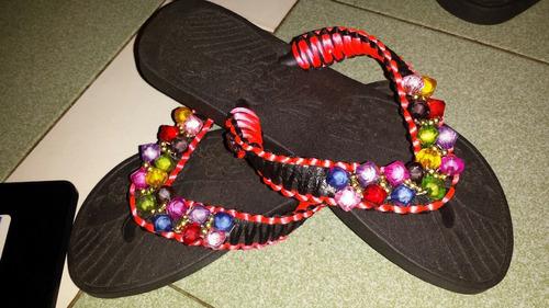 sandalias o cholas de goma decoradas con bisuteria