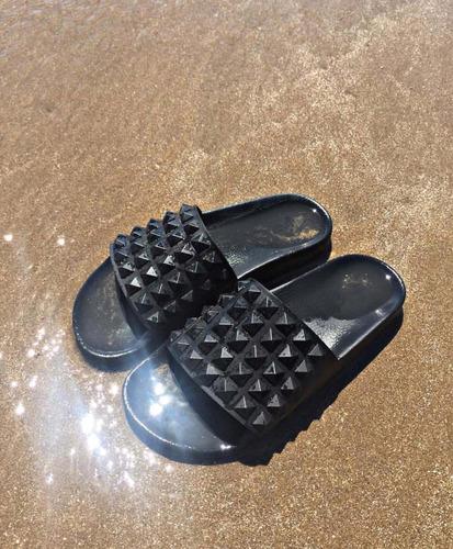 sandalias ojotas con tachas de goma