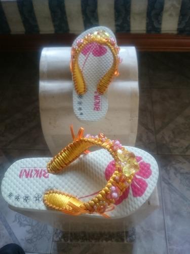 sandalias tejidas y decoradas