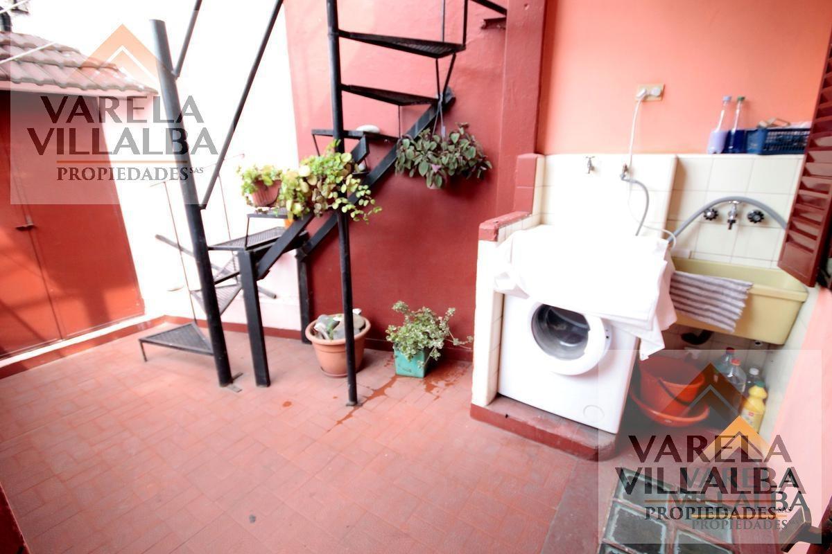 santiago de las carreras 242: exc. ph 3amb. con balcón, patio y terraza (sin expensas)