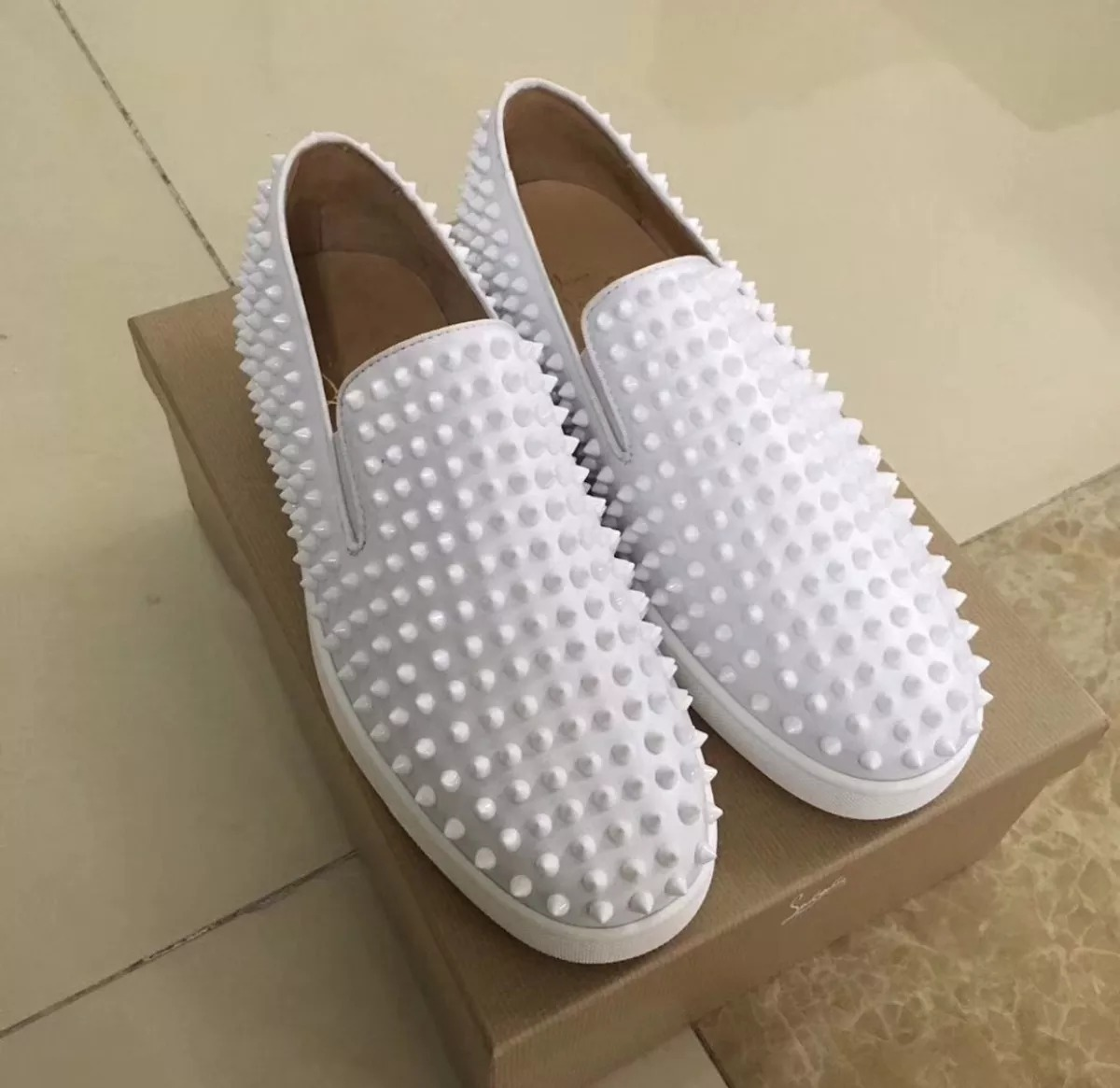 Sapatilha Sapato Louboutin Spikes Branco Couro (35 - 42) - R  1.099 ... 36c0665134
