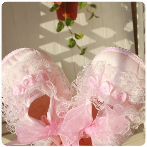 sapatinho de bebê em cetim e renda -rosa/ produto importado