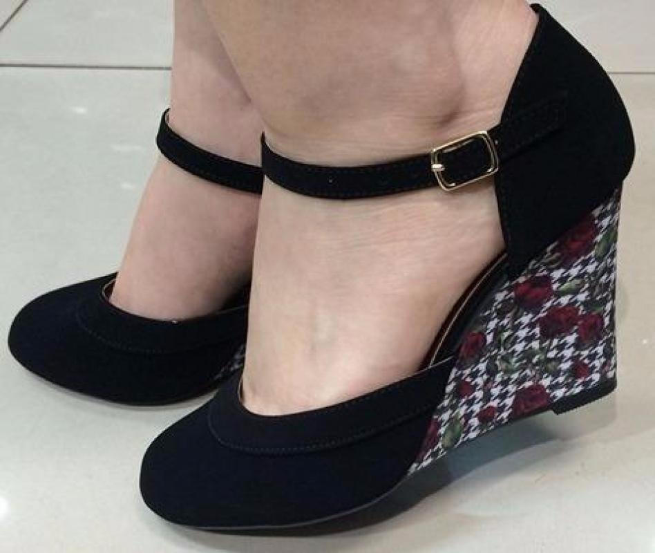 7bf17f239 Sapato Boneca Preto Anabela Tira Salto Estampado - R$ 145,47 em ...