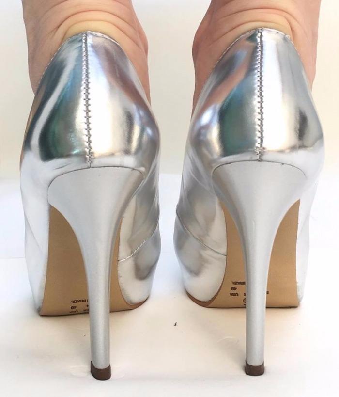 ae867446e sapato fechado meia pata salto alto fino espelhado prata. Carregando zoom.