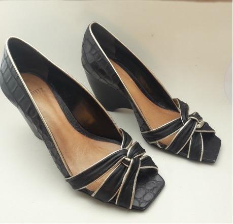 d1610bae3 Sapato Feminino Arezzo Tam. 36 Preta C Dourada Salto Grosso - R$ 79 ...