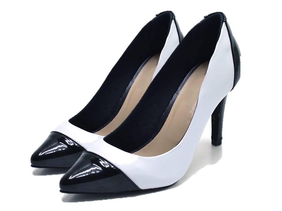 7639f7b2ba sapato feminino scarpin salto alto fino preto e branco. Carregando zoom.