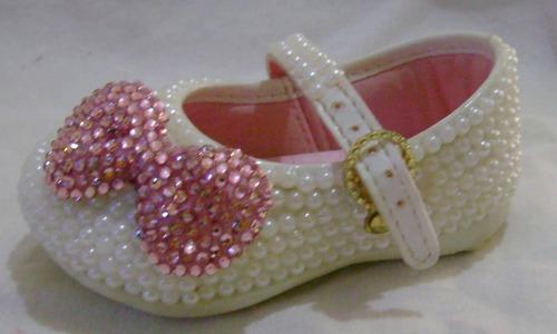 sapato infantil customizado com pérolas e laço de strass