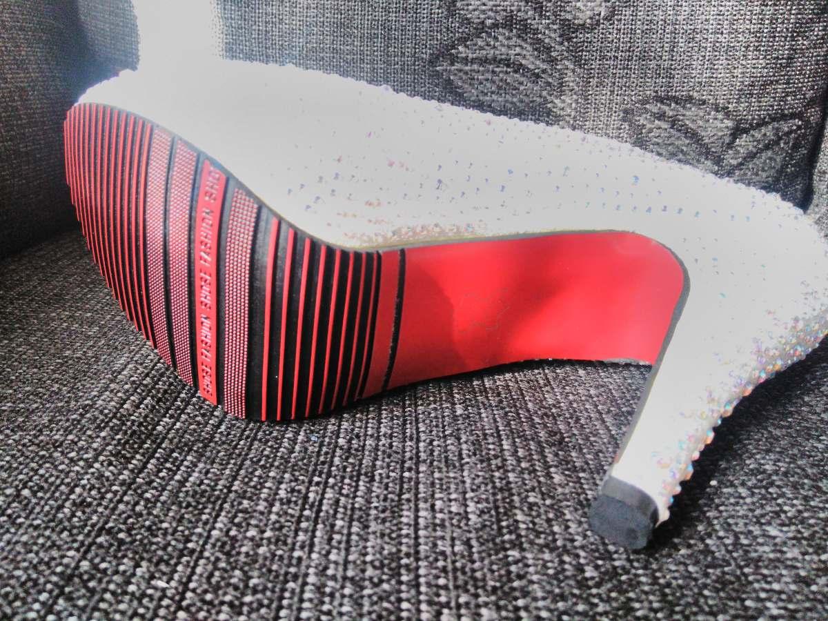 e203b7dac9433 Sapato Larissa Manoela Com Sola Vermelha Strass Prata - R  300,00 em ...