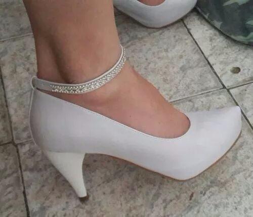 dc6f5e3e3f Sapato Noiva Branco Tornozeleira Strass Salto 8 Cm - R  159